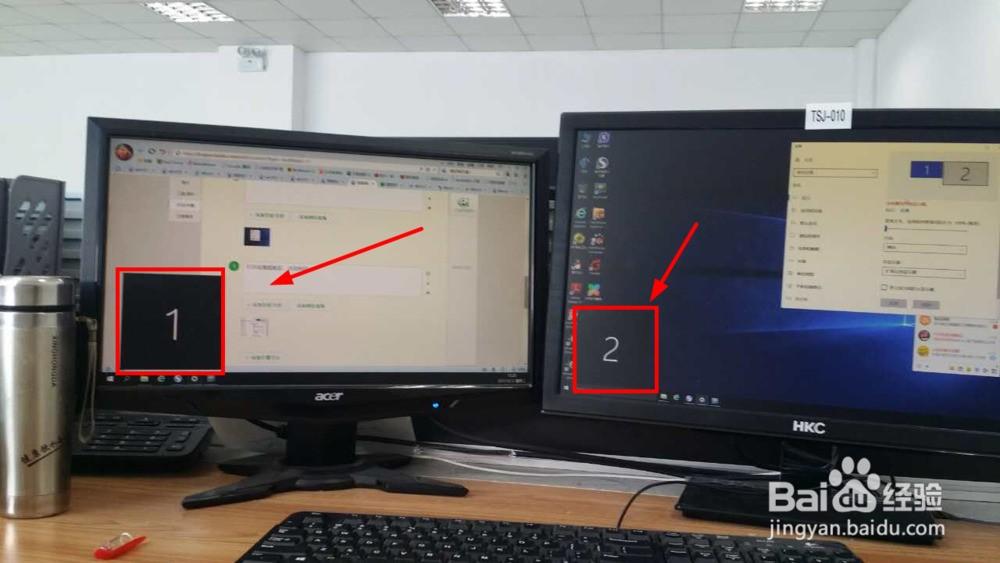 1.首先将电脑关机,将两个显示器的线接头电脑后面的插口上,如图  2.开机,在桌面空白处右键,选择显示设置,  3.打开设置面板后,点击标识  4.桌面上的显示器就会标识显示器名称,1和2  5.刚才标识的显示器1和2,就表示如图两个显示器  6.设置主显示器,  7.最后设置完成后效果,